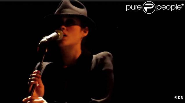 Marion Cotillard, en garçonne chapeautée, accompagne Maxim Nucci et Yodelice en tournée...