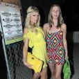 Paris et Nicky Hilton lors du deuxième jour du Festival de Coachella en Californie le 17 avril 2010