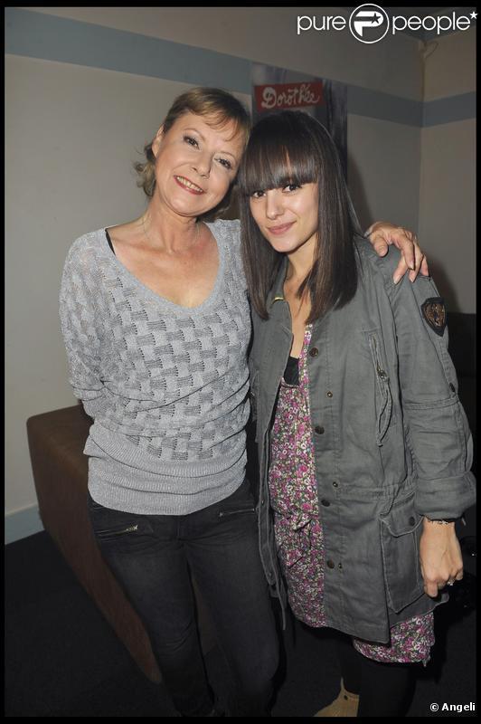 Dans les coulisses de son concert à l'Olympia, le 17 avril 2010,  Dorothée retrouve la chanteuse Alizée.