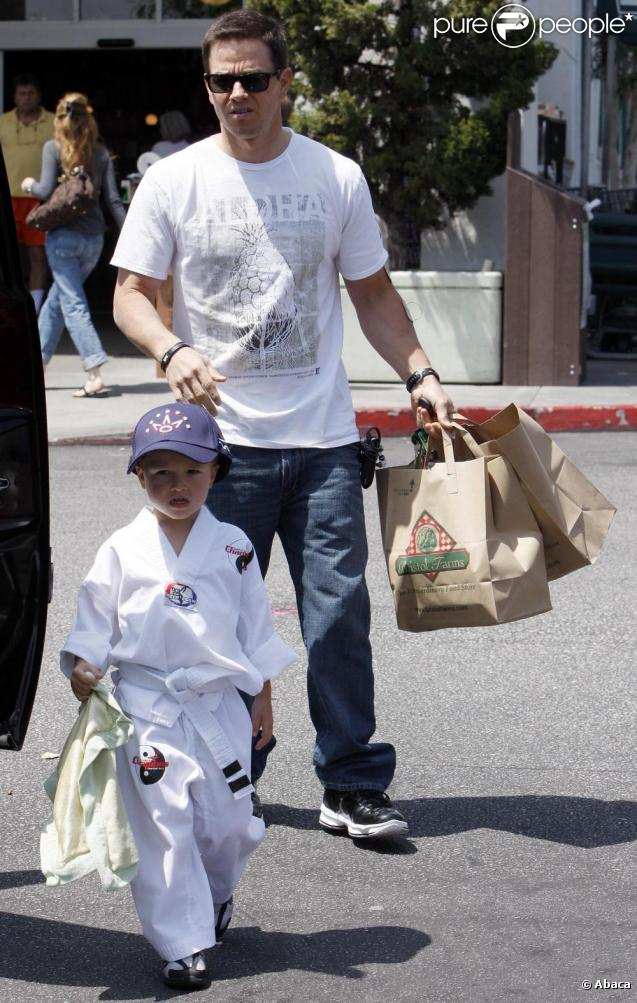 Mark Wahlberg fait du shopping avec son fils Michael à Los Angeles le 24 avril 2010