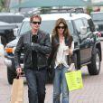Cindy Crawford et son mari Rande Gerber passent l'après-midi ensemble à Malibu et font un peu de shopping écolo le 27 avril 2010