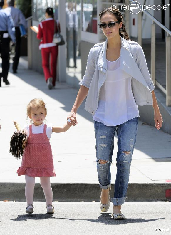 Jessica Alba à Beverly Hills le 6 mai 2010 avec son adorable Honor