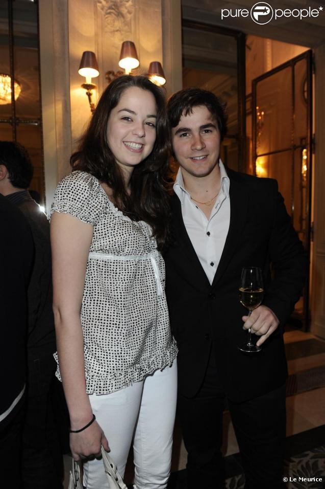 Anouchka et son fiancé Julien au déjeuner de l'Hôtel Le Meurice, le 6 mai 2010.