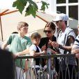 Les trois fils Beckham, ultra-lookés, ont attiré les flashes lors de leur apparition au concert des Jonas Brothers, samedi 15 mai.