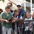 La star du football, actuellement blessée au pied, et sa petite tribu -  Brooklyn, 11ans, Romeo, 7 ans et demi, et Cruz, 5 ans - ont admiré le  show des Jonas Brothers du haut d'une petite terrasse...