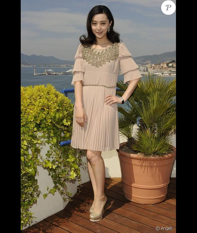 fan bingbing magnifique dans une robe nude pliss e et agr ment e d 39 une parure dor e sign e. Black Bedroom Furniture Sets. Home Design Ideas