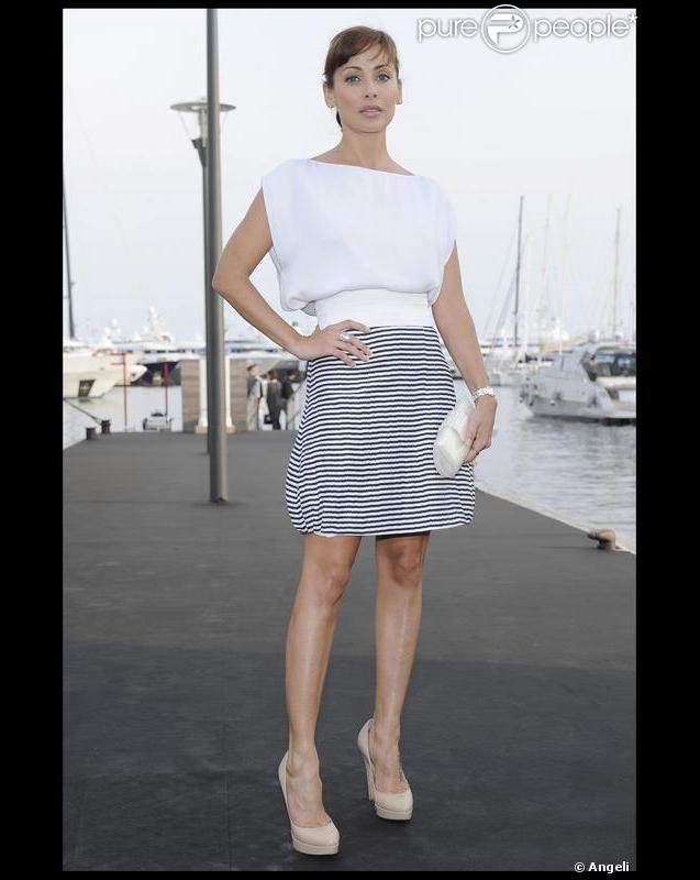 """Natalie Imbruglia divine dans un simple top immaculé et joliment ample, associé à une jupe style """"navy"""" griffée Emporio Armani, et à des escarpins vertigineux."""