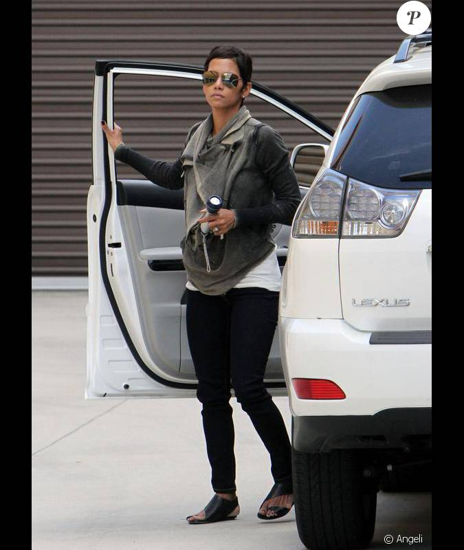 halle berry faisant du vide dans sa maison de burbank los angeles le 24 mai 2010. Black Bedroom Furniture Sets. Home Design Ideas