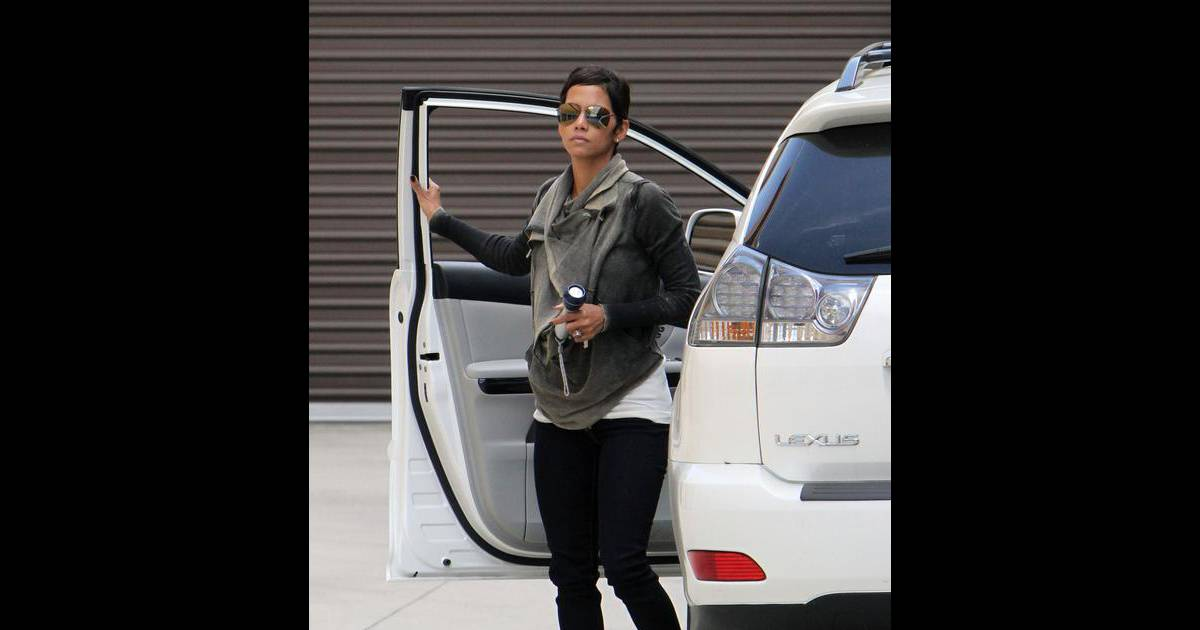 halle berry elle fait le m nage dans sa vie purepeople. Black Bedroom Furniture Sets. Home Design Ideas