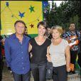 Alessandra Sublet entourée de ses parents lors de la soirée de solidarité Chico & les Gypsies au patio de Camargue afin de récolter des fonds pour la cause du don d'organes et celle de l'association Rêves le 28 mai 2010