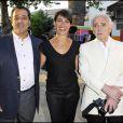 Alessandra Sublet entourée de Chico et Charles Aznavour lors de la soirée de solidarité Chico & les Gypsies au patio de Camargue afin de récolter des fonds pour la cause du don d'organes et celle de l'association Rêves le 28 mai 2010
