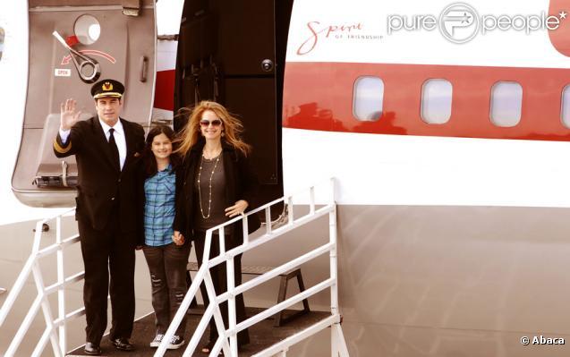 John Travolta, sa femme enceinte Kelly Preston et leur fille Ella, sont arrivés avec son avion à Johannesburg en Afrique du Sud le 10 juin 2010, veille du lancement de la Coupe du monde de football