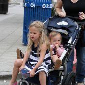 Violet Affleck : A 4 ans et demi, elle squatte la poussette de sa soeur... et Jennifer Garner laisse faire !