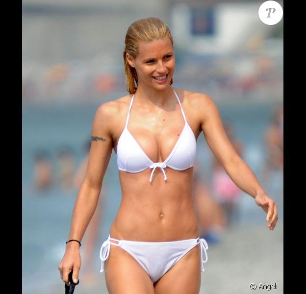 Michelle Hunziker fait du sport sur la plage de Varigotti, en Italie. Juin 2010