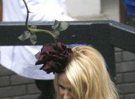 La plantureuse Pamela Anderson a trouvé un ami... qui sait mettre les formes en valeur !