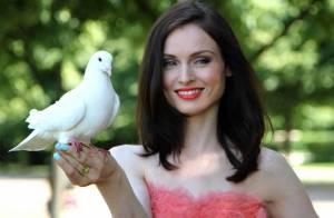 La magnifique Sophie Ellis-Bextor, dans une robe de princesse, plonge en plein conte de fées...