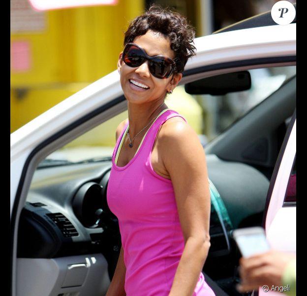 Halle Berry fait du shopping dans Hollywood à Los Angeles le 25 juin 2010
