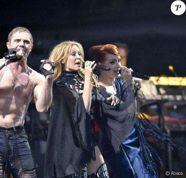 Kylie Minogue rejoint les Scissor Sisters sur scène, pendant le festival de Glastonburry, le 26 juin 2010
