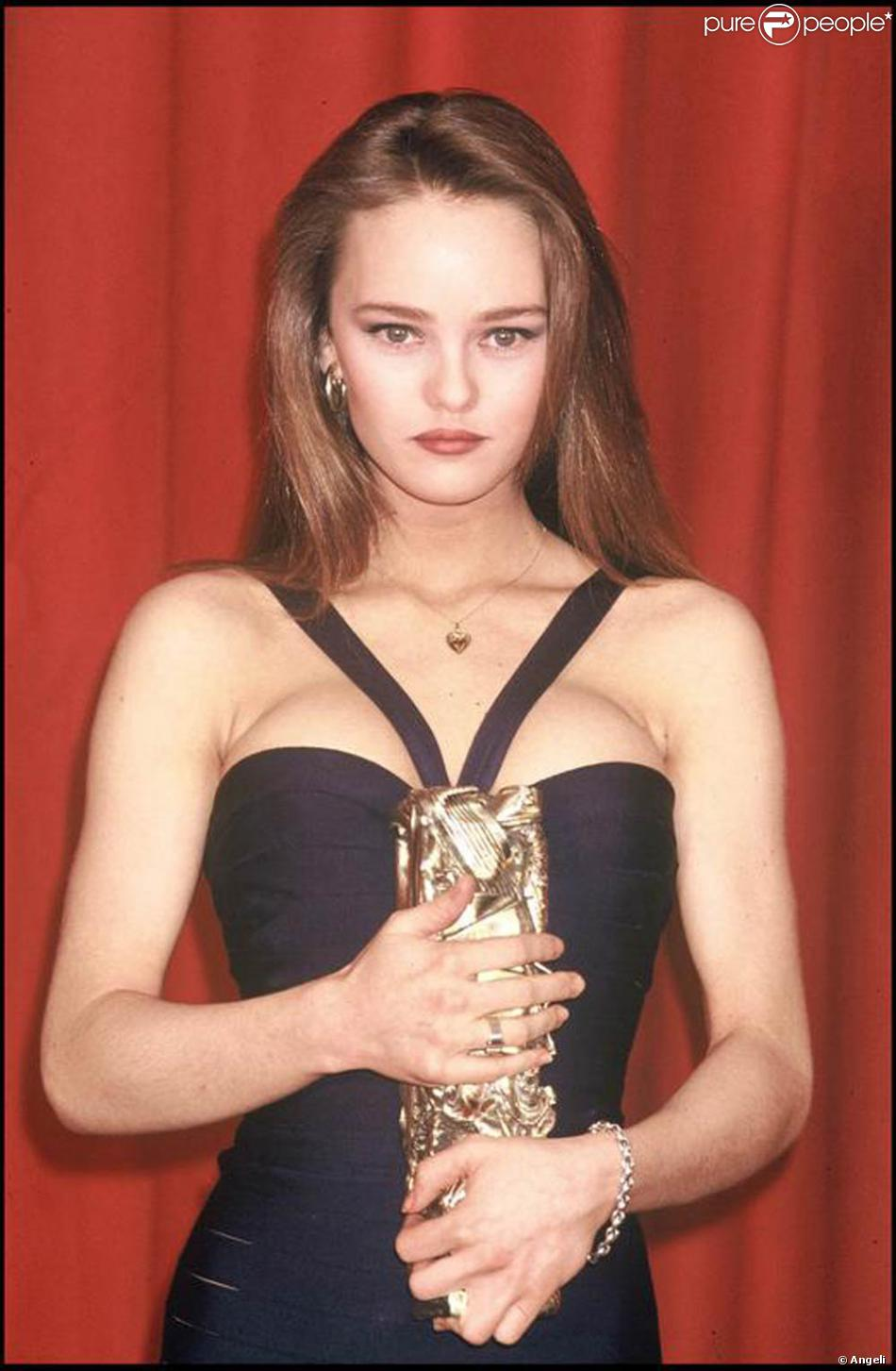 vanessa paradis lors de la c r monie des c sars en 1990 purepeople. Black Bedroom Furniture Sets. Home Design Ideas