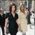 Carine Roitfeld et sa fille Julia se rendant au défilé Giorgio Armani à Paris, le 6 juillet 2010