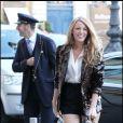 Micro short noir, veste tout en sequins marron signée Chanel, et boots Louboutin... Splendide !