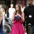 Leighton portant une adorable robe fuchsia Marc Jacobs, avec un petit sac Lanvin à la main, et des spartiates Giuseppe Zanotti pour Balmain aux pieds
