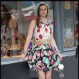 Leighton Meester dans une robe Moschino, portée avec des sandales Louboutin, un charmant béret sur la tête, et un bracelet vichy Chanel au poignet ! Magnifique !