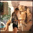 Ultra-stylée, Blake est apparue dans un top noir Madison Marcus, avec un short Rachel Antonoff, le tout joliment ceinturée de rose, avec une jolie veste tout en sequins, portée avec des sandales vertigineuses Pierre Hardy et une pochette métallique.