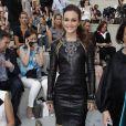 Leighton dans une robe Chanel, lors du dernier défilé Chanel Haute Couture à Paris