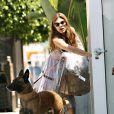 Eva Mendes et son chien à Los Angeles, le 15 juillet 2010