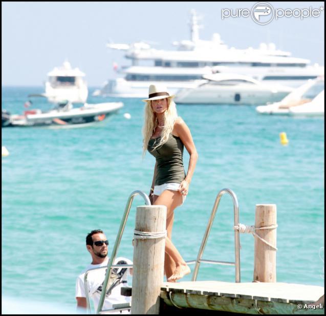 Victoria Silvstedt à Saint-Tropez ! 15/07/2010
