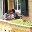 Johnny, Laeticia et leurs fillettes dans leur chalet de Gstaad