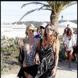 Paris Hilton et sa soeur Nicky se pavanent sur la plage de Pampelone, à Saint-Tropez, le 24 juillet 2010.