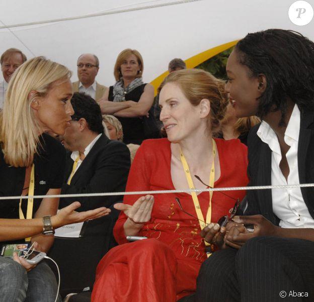 Cécile de Ménibus, Nathalie Kosciusko-Morizet et Rama Yade en grande conversation à la dernière étape du Tour de France, sur les Champs-Elysées de Paris (25 juillet 2010)