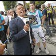 Le journaliste sportif Gérard Holtz à l'arrivée du Tour de France sur les Champs-Elysées (25 juillet 2010)