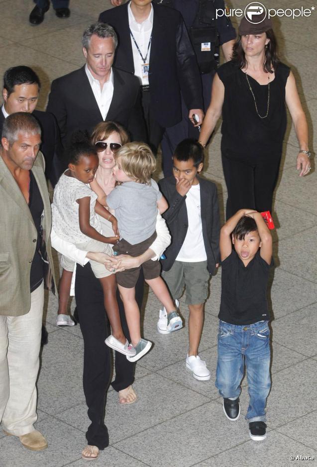 Angelina Jolie arrive à Séoul avec Pax, Maddox, Zahara et Shiloh, dans le cadre de la promo du film  Salt . 27/07/2010