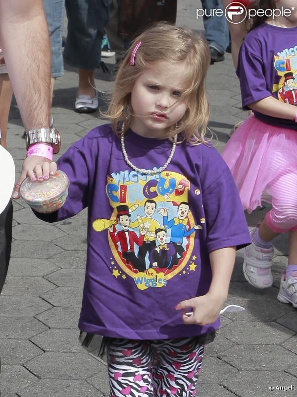DannieLynn, fille de la défunte Anna Nicole Smith, se promène à Los Angeles avec son père Larry Birkheard le 1er août 2010