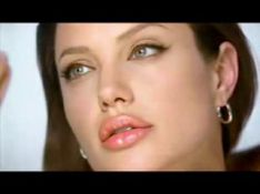 VIDEOS: Quand Angelina Jolie se maquille, c'est hot !