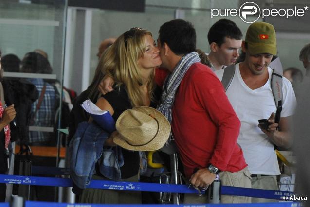 Sandrine Corman et Stéphane Plaza se prépare à embarquer pour l'aventure Pékin Express, à l'aéroport de Roissy, le 30 juillet 2010