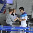 se prépare à embarquer pour l'aventure Pékin Express, à l'aéroport de  Roissy, le 30 juillet 2010