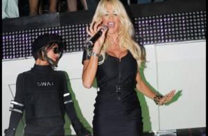 Quand la sexy Victoria Silvstedt prend le micro et fait danser Saint-Tropez !