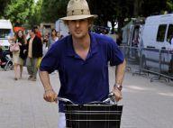 Owen Wilson prend du bon temps à Paris avec une charmante brune...