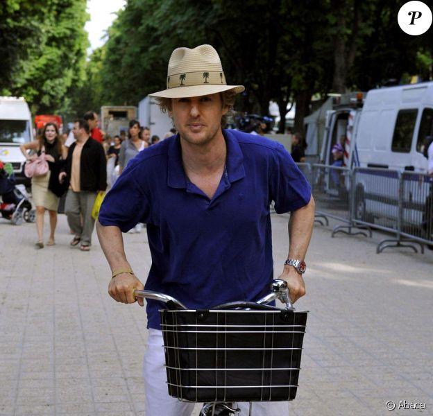 Owen Wilson dans les rues de Paris avec une mystérieuse inconnue...