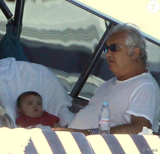 Flavio Briatore, en Sardaigne, avec son épouse Elisabetta et leur fils Falco. Août 2010