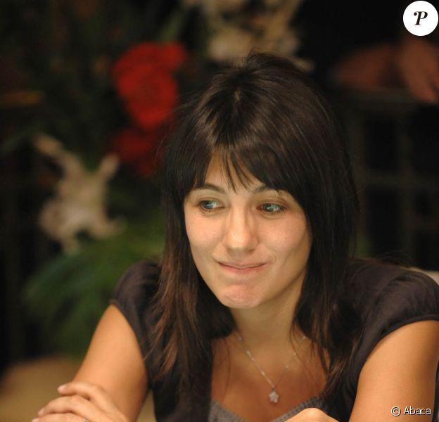 Estelle Denis (photo : en 2008, lors d'un tournoi de charité) sera une des célébrités invitées de la finale du Partouche Poker Tour, au casino du Palm Beach de Cannes du 2 au 7 septembre. Eric Cantona remettra au vainqueur le chèque d'1 million.