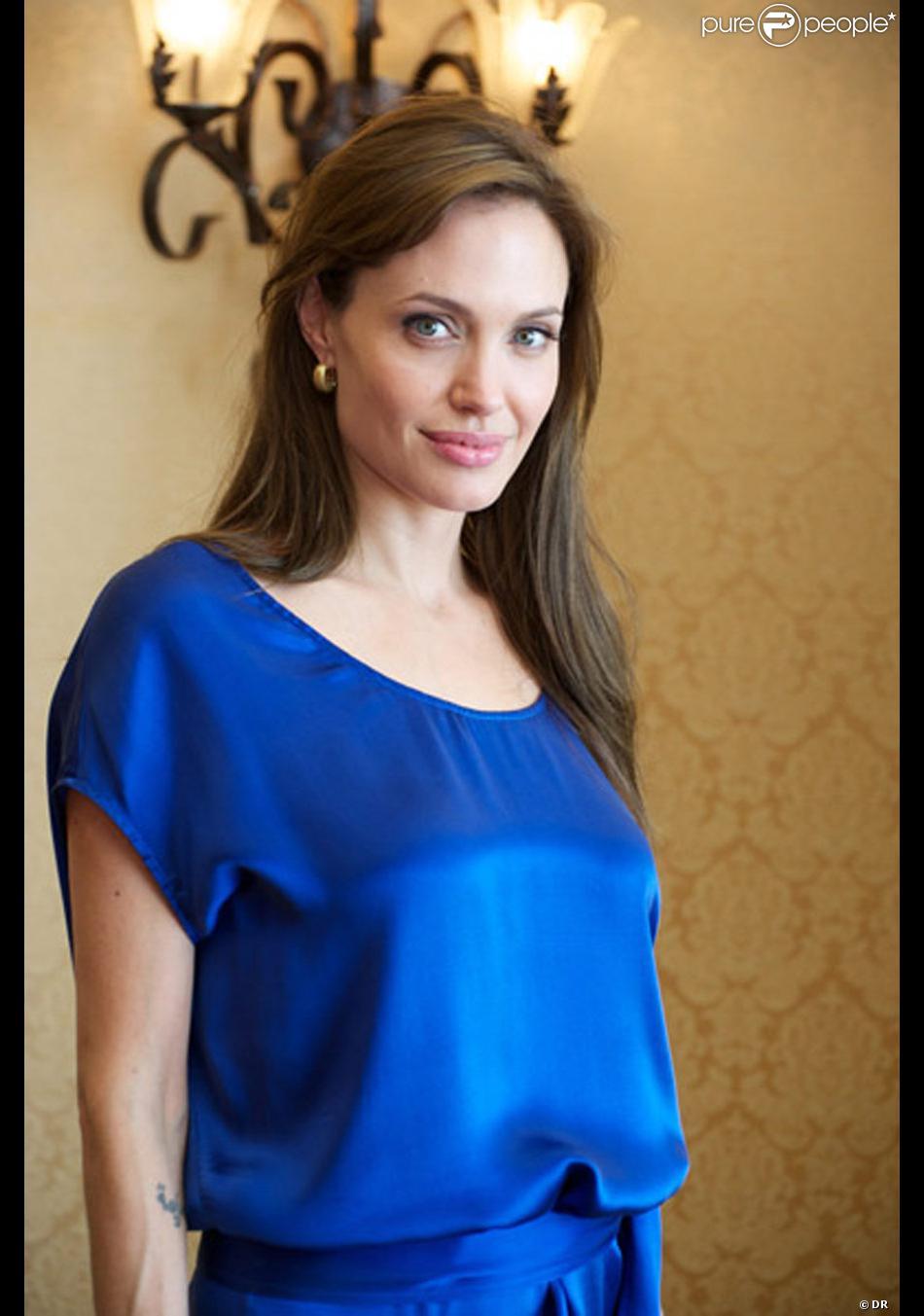 Extrêmement Angelina Jolie avec une robe en soie bleu roi Gérard Darel ZF96