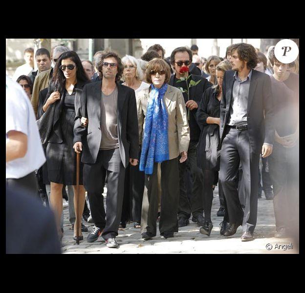 Nadine Trintignant entourée de ses enfants, lors des obsèques d'Alain Corneau, au cimetière du Père-Lachaise, à Paris, le 4 septembre 2010.