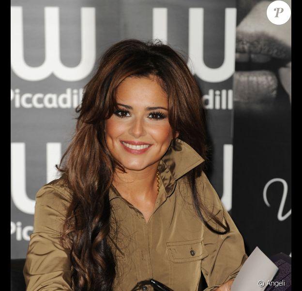 Cheryl Cole signe son livre Through my Eyes au magasin Waterstone, à Londres (Grande-Bretagne).