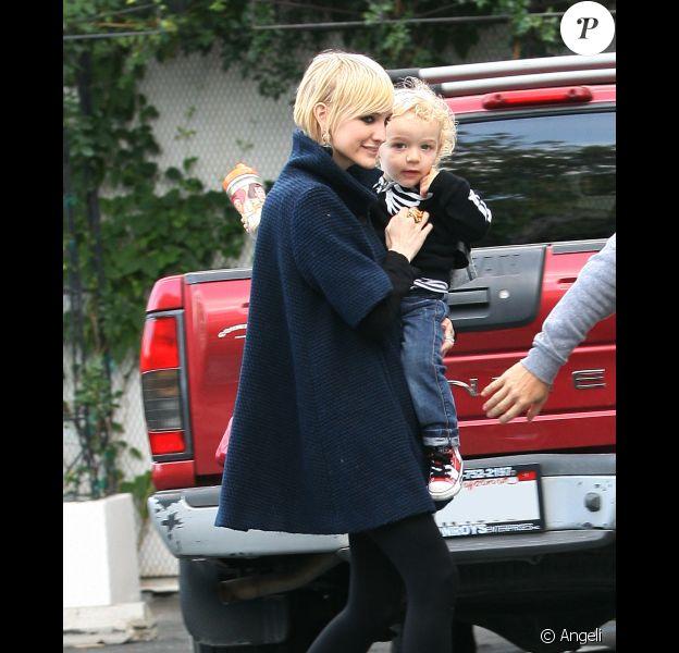 Pete Wentz et Ashlee Simpson, redevenue blonde, vont faire du shopping avec leur fils Bronx Mowgli, sur Melrose Boulevard, à Los Angeles, vendredi 22 octobre.