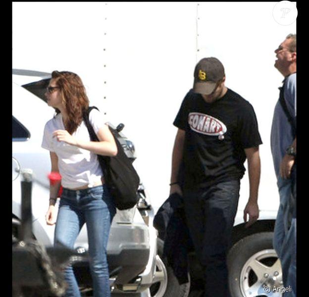 Robert Pattinson et Kristen Stewart, arrivent sur les plateaux de tournage de Twilight Chapitre IV : Révélation, à Bâton-Rouge (Louisiane), samedi 16 octobre 2010.